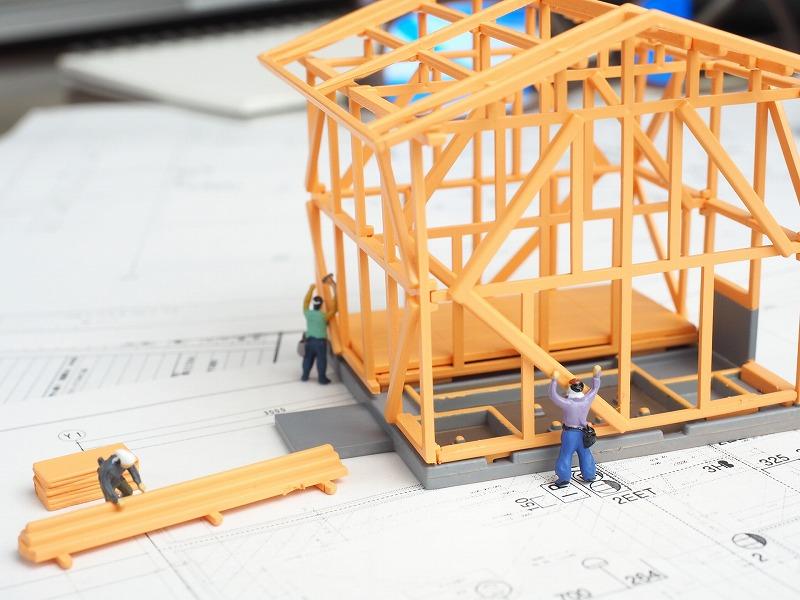 大工さんが家を造っているところ