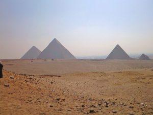 砂漠とピラミッド