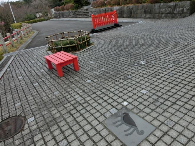 木の柵と赤い椅子
