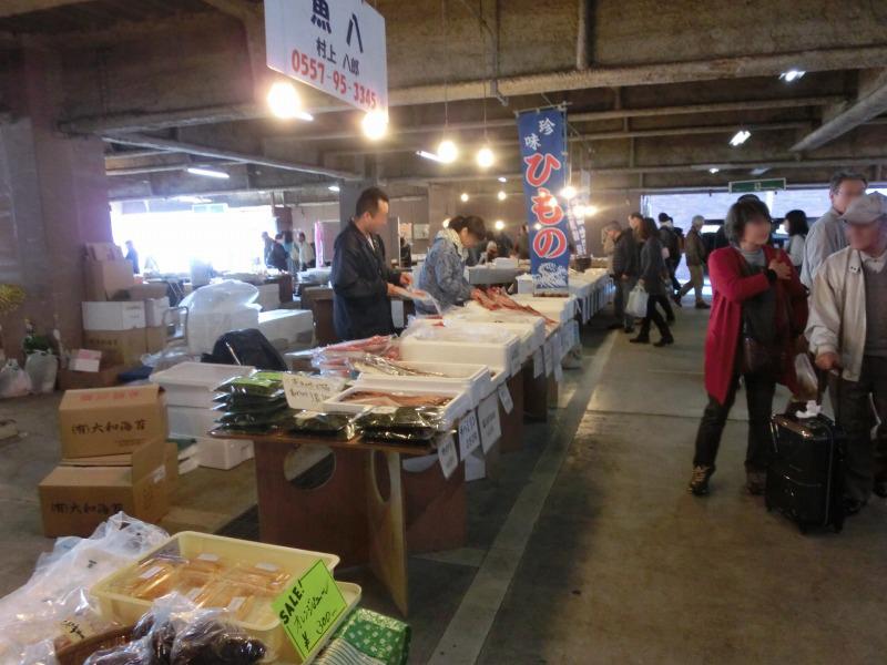 稲取朝市場内
