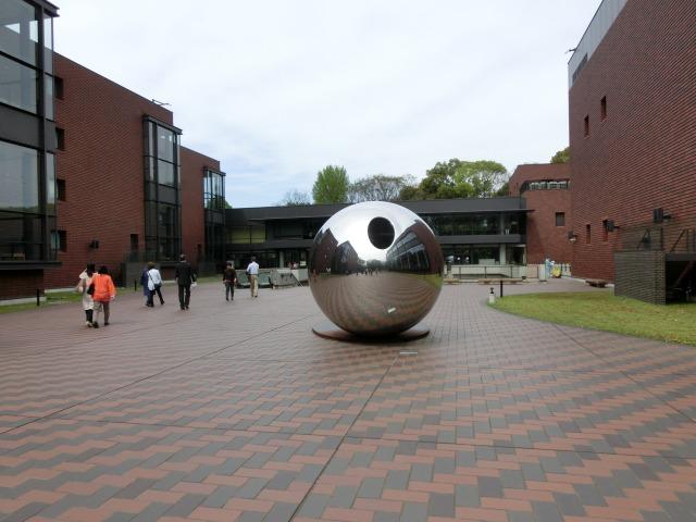 中庭の球体