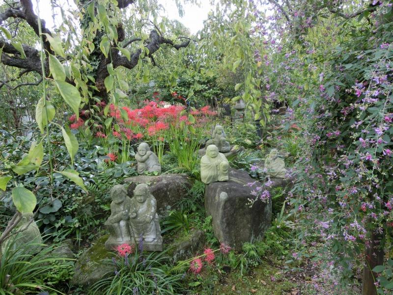 仏像とシャクナゲ