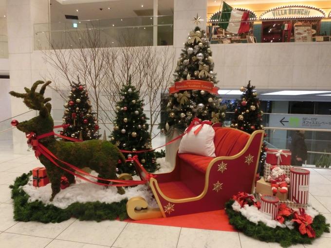 小田急サザンタワーのクリスマス飾り