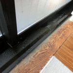 窓と床の結露