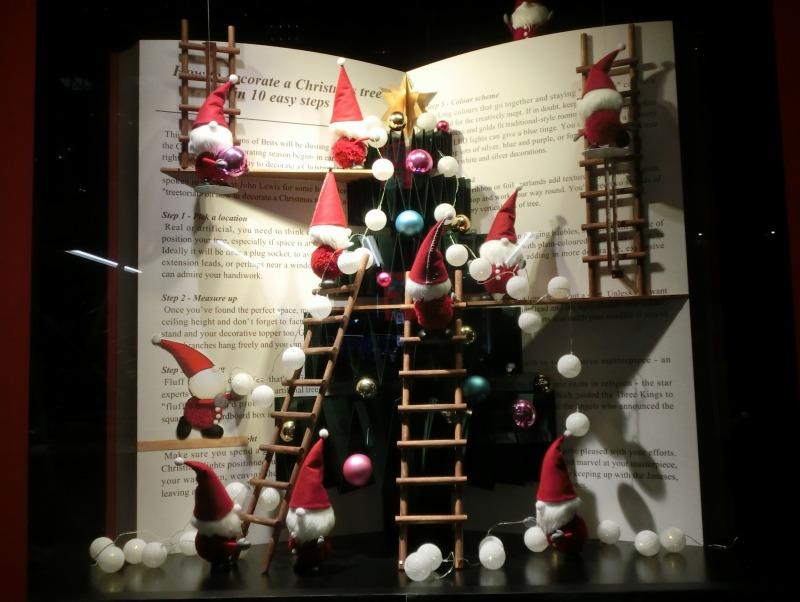 ツリーを飾っている小人サンタ