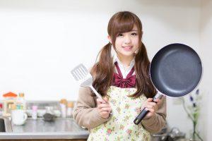 料理を始める女性