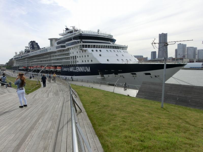 大さん橋から船を見る