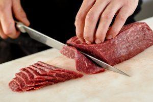 肉を薄く切る