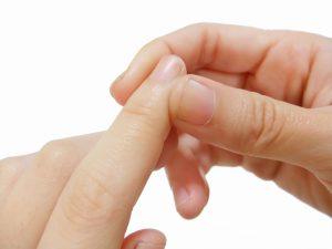 指の爪脇を押す