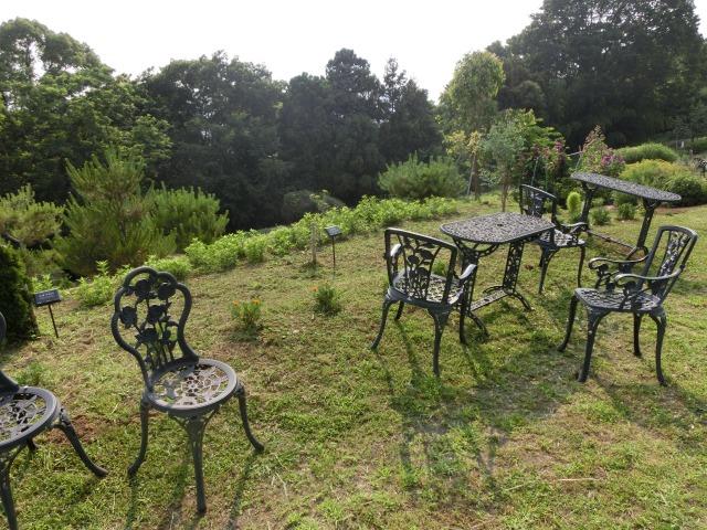 ハーブガーデン脇のテーブルと椅子